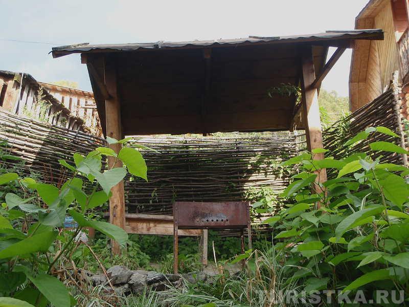 Фотографии : Горный Алтай : Турбазы базы отдыха на Телецком озере : Усадьба Настенька : Навес с мангалом