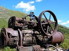 Конный поход на плато Укок : Остатки электростанции Чиндагадуйского рудника