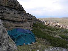Конный поход на плато Укок : Палатка за выступом скалы