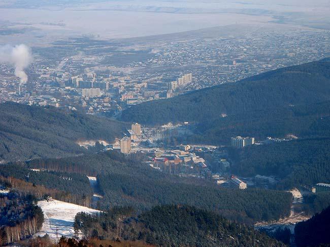 Город Белокуриха у подножья гор и курортная зана Белокурихи в долине между горами