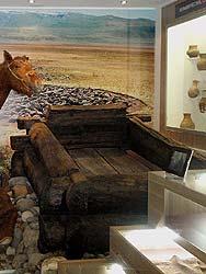 Горный Алтай : «Принцессы Укока» : Деревянная кровать в захоронении мужчины на плато Укок
